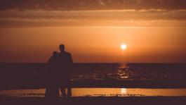 Kāzu Foto pludmalē saulrietā